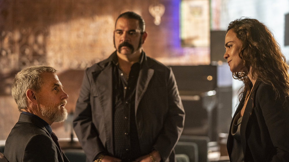 "QUEEN OF THE SOUTH -- ""Me Llevo Manhattan"" Episode 502 -- Pictured: (l-r) David Andrews as Judge Cecil Lafayette, Hemky Madera as Pote, Alice Braga as Teresa Mendoza -- (Photo by: Skip Bolen/USA Network)"